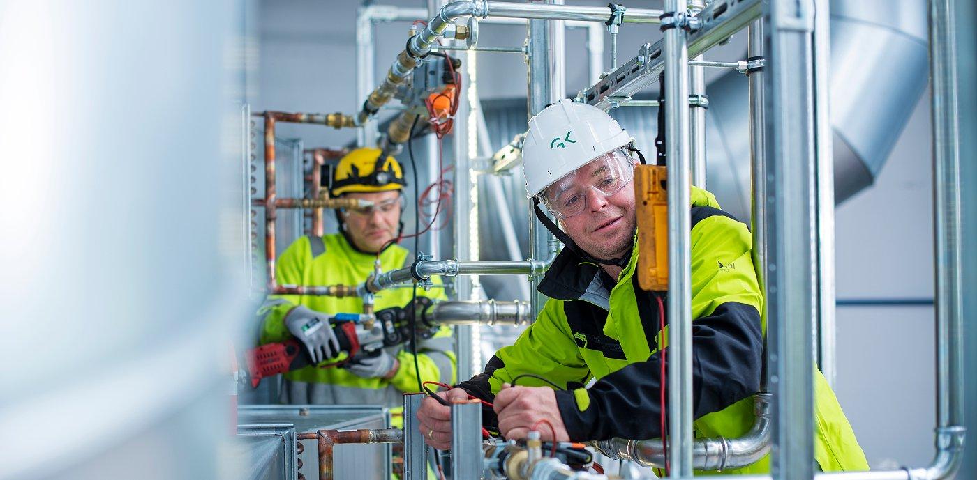 Godt samarbeid på tvers av fag. Fra venstre: Grzegorx Rakoczy, rørlegger i GK og Knut-Olav Bjørgum, servicetekniker i GK