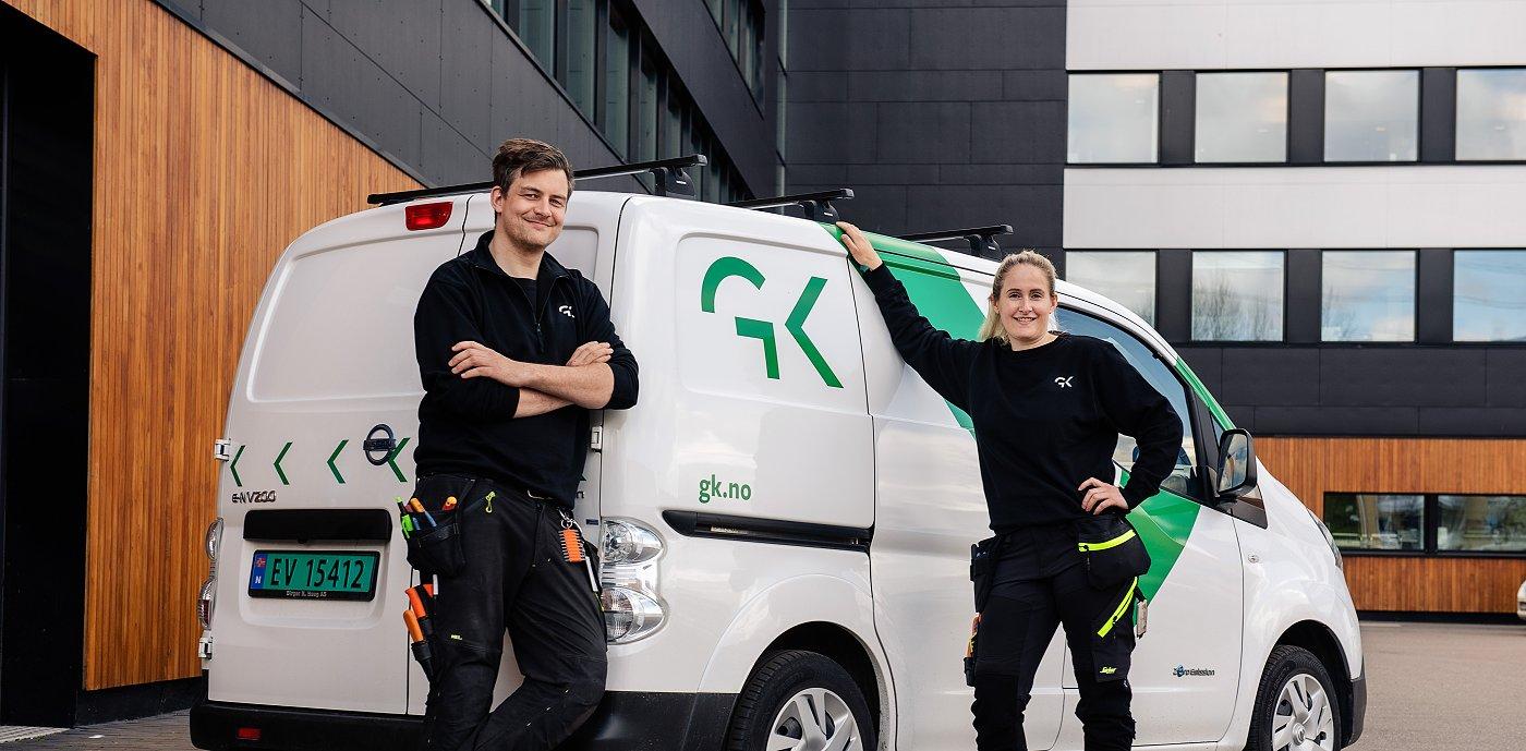 To GK-ansatte foran arbeidsbil