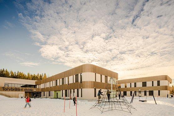 Torvbråten skole er et fremtidsrettet passivbygg utformet med vekt på sosial bæredyktighet og miljøriktig arkitektur. Den er svanemerket, bygget i massivtre, og ble kåret til Årets skolebygg 2021.