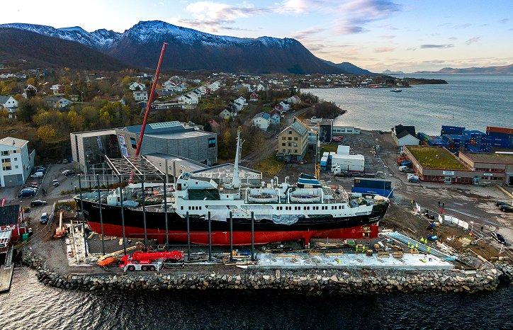 """«MS Finnmarken» før skipet fikk ett 2600 m2 stor """"glassklokke"""" rundt seg. Foto: Nordfra.no / Kolbjørn Hoseth Larssen"""