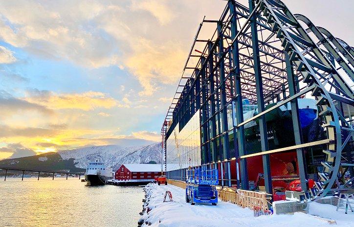 Vernebygget til hurtigruteskipet MS Finnmarken ligger flott til med vakker nordnorsk natur rundt seg. Foto: Nordfra.no / Kolbjørn Hoseth Larssen