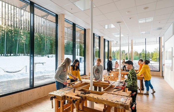 Den nye skolen har 17 klasserom og obligatoriske spesialrom som tekstil, sløyd, naturfag, keramikk og mat og helse.
