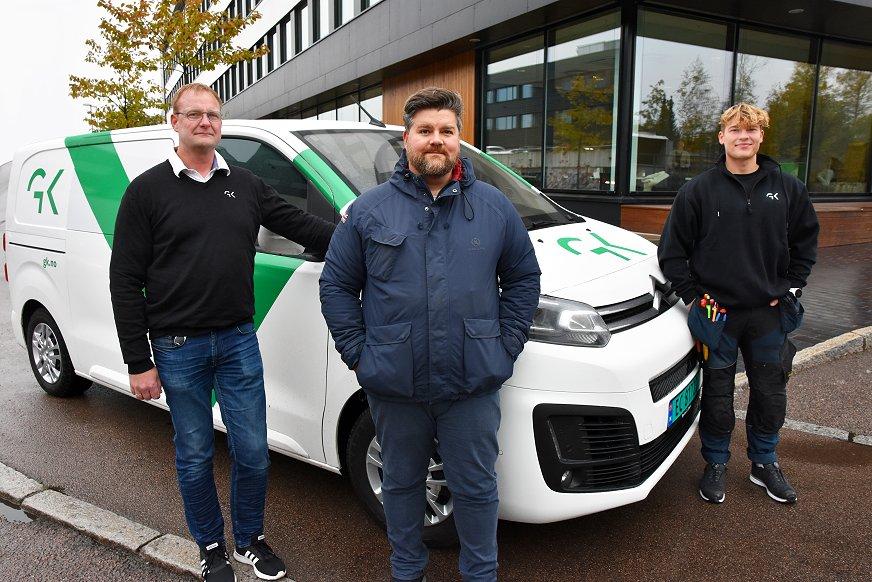 Fra venstre: Roar Rønning, serviceleder for GKs elektrovirksomhet i Oslo, Karl W. Rødsås, innkjøpssjef, GK i Norge og Kristoffer Hilmar Bakkland montør for GKs elektrovirksomhet i Oslo.