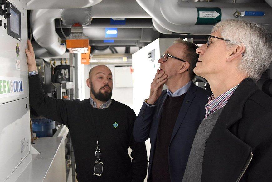 Prosjektleder Jens Harald Iversen viser stolt frem den nye energisentralen ved Marikollen.